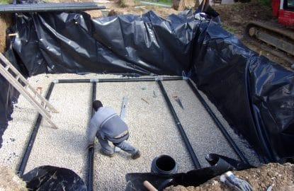 Filtre à sable non drainé comprenant une fosse toute eaux