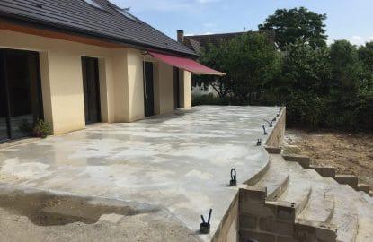 Réalisation d'une terrasse de 80m² comprenant un escalier pour l'accès au jardin