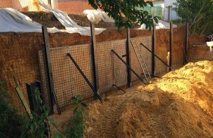 Pose d'une armature acier pour la réalisation du béton projeté d'un mur de soutènement