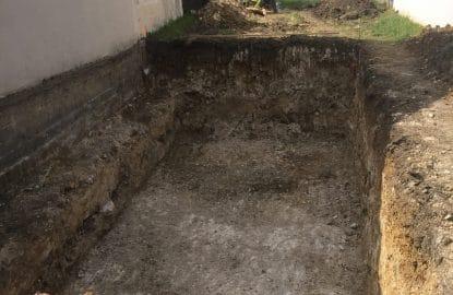 Terrassement sous-sol avec banquette pour protéger les fondations de la maison mitoyennes
